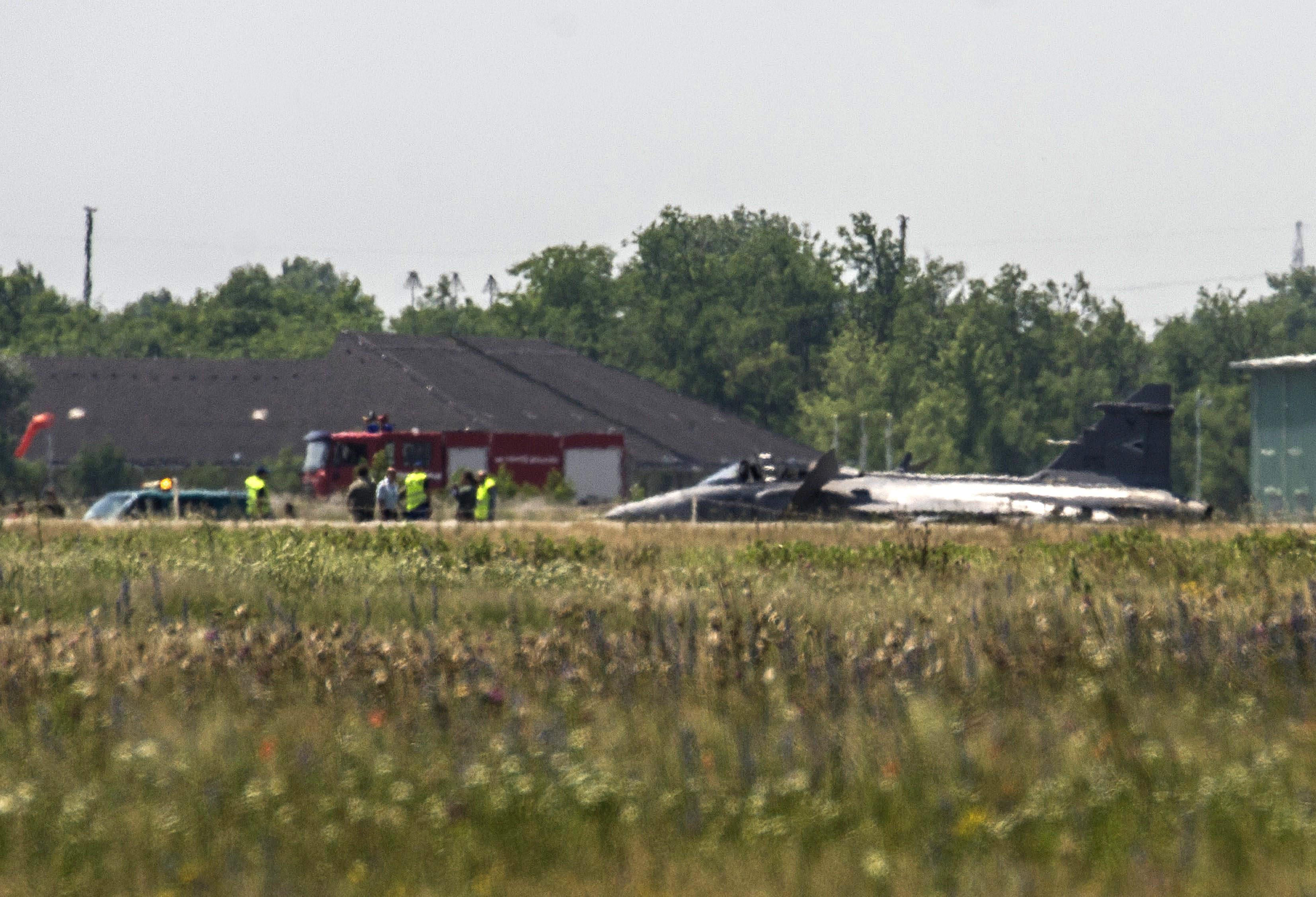 Kecskemét, 2015. június 10. A Magyar Honvédség JAS-39 C Gripen típusú, kényszerleszállást végrehajtott repülõgépe a kecskeméti katonai repülõtéren 2015. június 10-én. A gépen a felszállás után a repülést veszélyeztetõ mûszaki hiba lépett fel, ezért a pilóta megfelelõ biztosítás mellett 10 óra 52 perckor kényszerleszállást hajtott végre, és közben katapultált. A pilóta eszméleténél van, orvosok vizsgálják. MTI Fotó: Ujvári Sándor